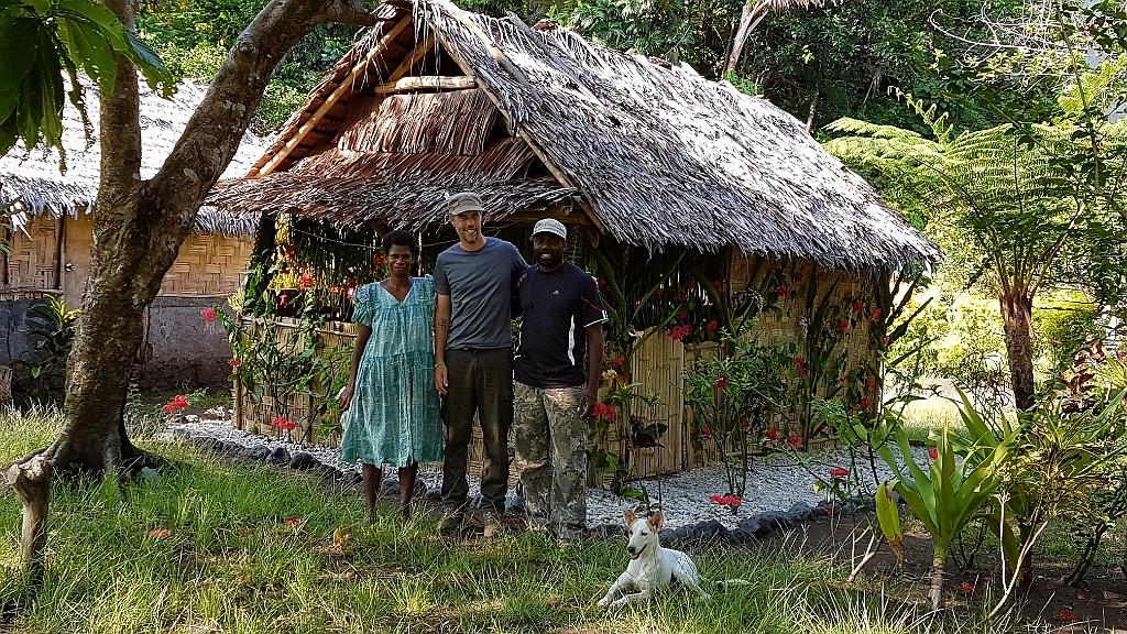 Accueil chaleureux de Josis et Ester à Lalinda devant mon bungalow. Il a été spécialement décoré à pour moi et je suis très ému par autant d'attentions à mon égard.