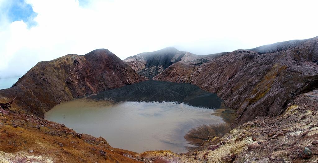 Un ancien cratère qui se rempli des cendres du cône actif situé sur la gauche. Bientôt un nouveau lac.